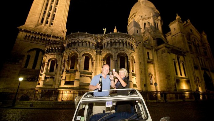 couple drinking champagne on 2cv tour of paris by night
