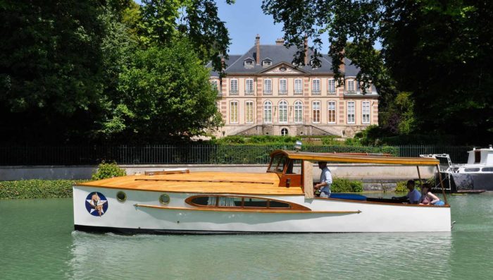 vintage-cruiser-on-marne-river-passing-champagne-house